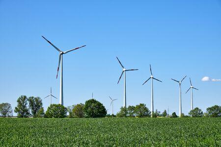 Nowoczesne koła wiatrowe widoczne na terenach wiejskich w Niemczech Zdjęcie Seryjne