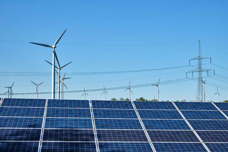 Panele słoneczne, turbiny wiatrowe i napowietrzne linie energetyczne nad jeziorami w Niemczech