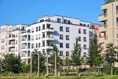 Moderne Mehrfamilienhäuser mit grünem Parksee in Berlin, Deutschland