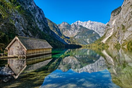 The beautiful Obersee in the Bavarian Alps with a wooden boathouse Foto de archivo - 132116962