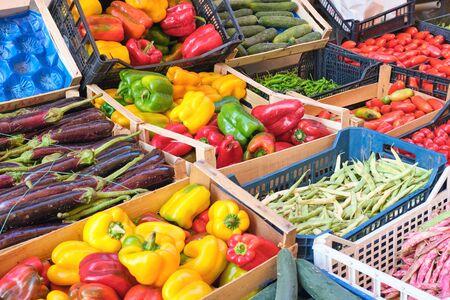 Paprika's en andere groenten te koop op een markt in Napels, Italië Stockfoto