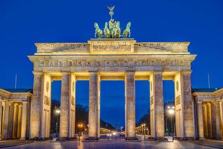 The famous Brandenburg Gate at Berlin at dawn 版權商用圖片