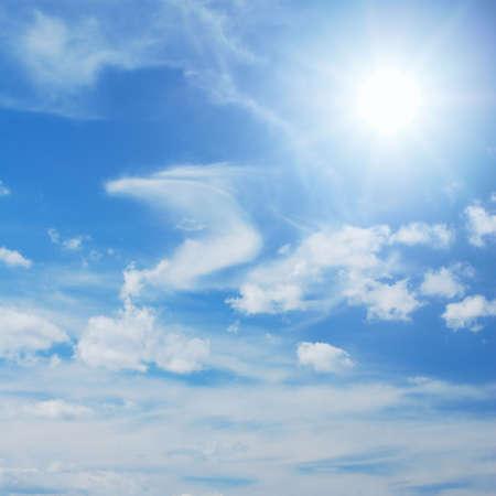 skyscape: Skyscape con sol brillando entre nubes poco  Foto de archivo
