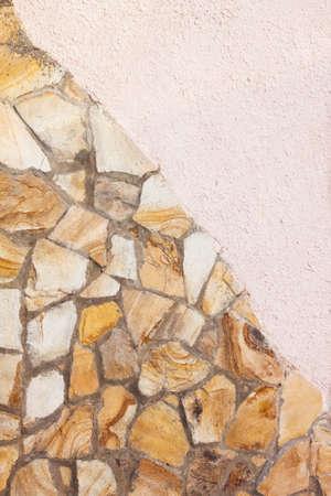 yellow stone: muro de piedra de color amarillo con yeso de color rosa