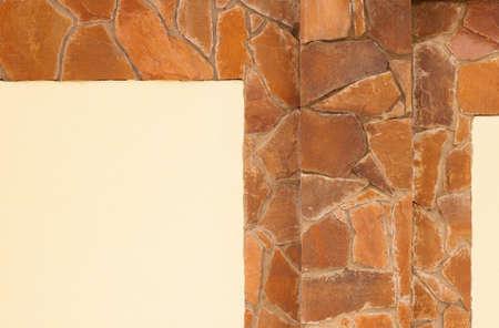 yellow stone: muro de piedra de color amarillo con yeso Foto de archivo