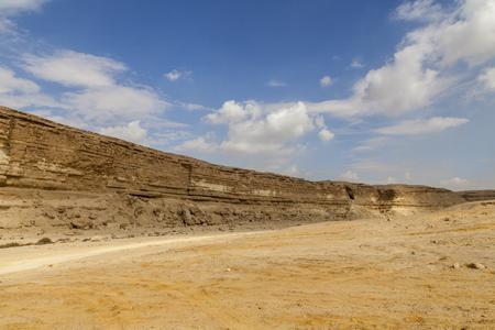 epoch: Valle Degla (Wadi Degla) � una delle valli pi� importanti che si estendono da est a ovest, con una lunghezza di 30 km. Passa attraverso le rocce calcaree che erano rimasti in ambiente marino durante l'Eocene nel deserto orientale (60 milioni yea Archivio Fotografico