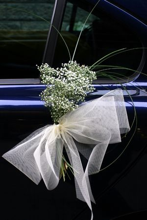 wedding detail: bunch in a car door