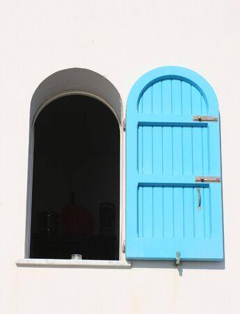 window shade: Ventana hermosa con la cortina en azul