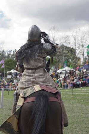 caballero medieval: Un jinete vestido como un caballero medieval en una competencia justa.
