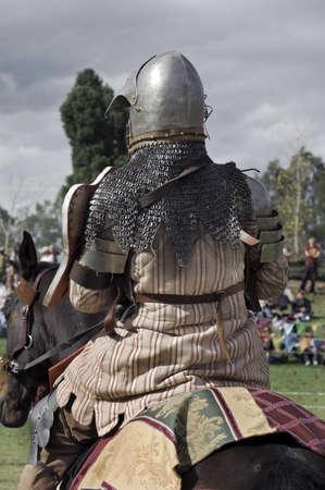 caballero medieval: Caballero medieval sentado en su caballo. Por detr�s.