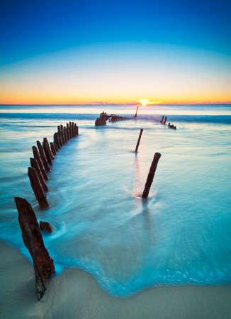 sol radiante: El Peto de los SS al amanecer. Naufragado en Dicky Beach, Queensland, Australia.