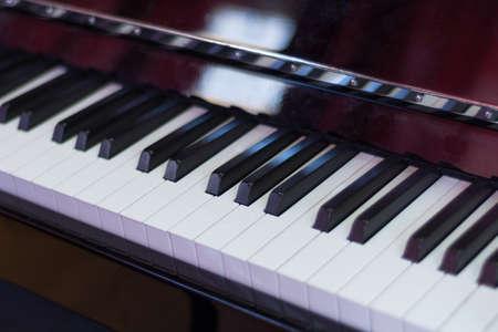 Klassische Klaviertastatur schwarz und weiß und braune Holzbox, Musiktasten und Instrument. Musik-Konzept-Hintergrund. Nahaufnahme, selektiver Fokus Standard-Bild