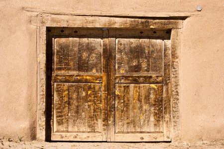adobe wall: Vecchia porta e muro di mattoni in New Mexico