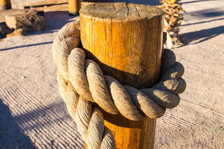 Rope on a wooden post Imagens
