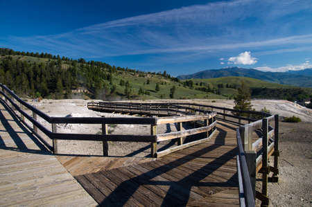 Boardwalk kijkt Mammoth Hot Springs, Yellowstone National Park Stockfoto