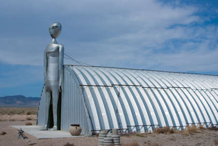 RACHEL, NEVADAUSA - March 30, 2010: The tall metal Alien figure at the Alien Research Center located on Nevada's Extraterrestrial Highway near Area 51. Stock fotó - 52639566