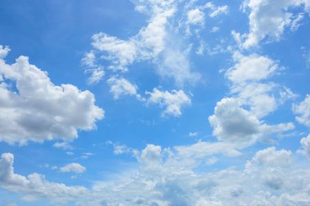 Blauwe hemel achtergrond met witte wolken Stockfoto