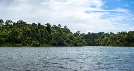 aire puro: Viaja junto a un pequeño bosque, la laguna y vivir con un aire fresco Foto de archivo