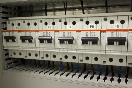 electricidad industrial: Disyuntores en miniatura la protección de la instalación eléctrica de los circuitos cortos. Foto de archivo