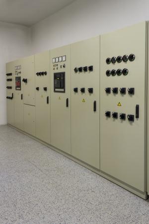 redes electricas: Cubículos de distribución de energía eléctrica en una fábrica. Editorial