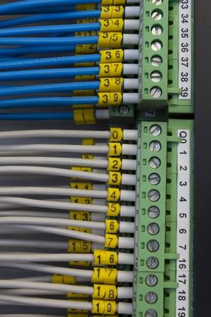 signalering: Close-up van elektrische aansluitpunten met kabels aangesloten, gebruikt voor industriële signalering.