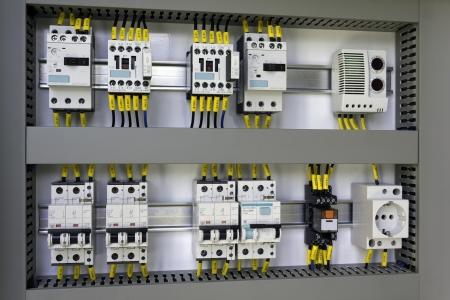 the switch: Armadio industriale con impianti elettrici: interruttori magnetotermici, contattori, interruttori, rel�, presa e termostato.