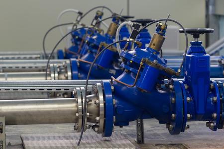 aguas residuales: Estación de bombeo de agua con válvulas de control de la bomba de refuerzo Foto de archivo