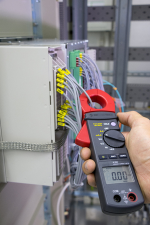 Electrical current measurement with current clamp Standard-Bild