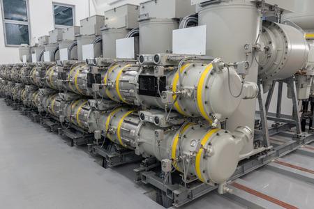 유틸리티 변전소에서 높은 전압 가스 절연 개폐 장치 (GIS). 에디토리얼