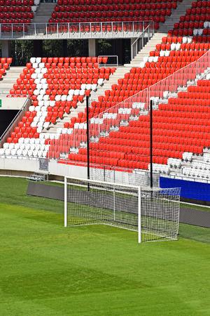 gradas estadio: Gradas vacías y la meta en el estadio