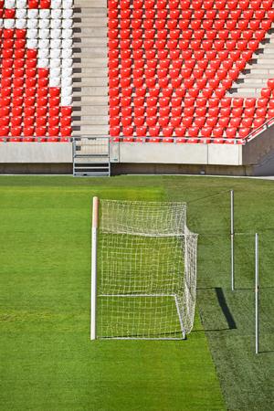 gradas estadio: Gradas vac�as y la meta en el estadio