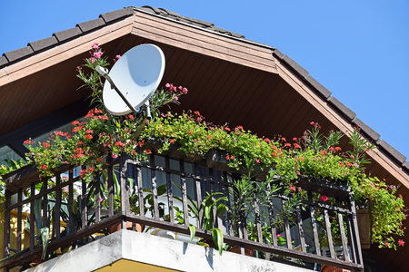 antena parabolica: Antena parab�lica en el balc�n de un edificio