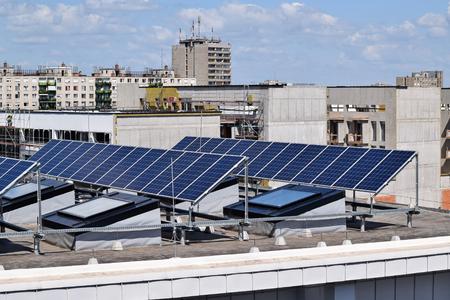 建物の上に太陽電池パネル 写真素材