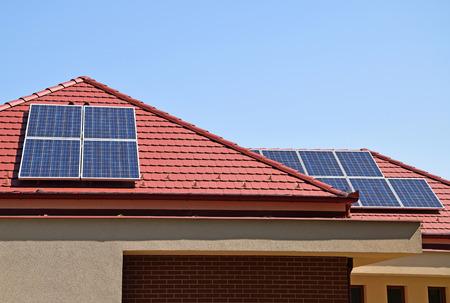 Sonnenkollektoren auf dem Dach Standard-Bild