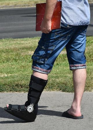pierna rota: El hombre con la pierna rota en la calle