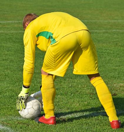 arquero futbol: Soccer goalkeeper ready to kick the ball out