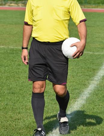 arbitros: árbitros de fútbol en el campo antes del partido Foto de archivo