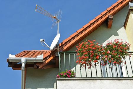 建物の屋根の上のアンテナ 写真素材
