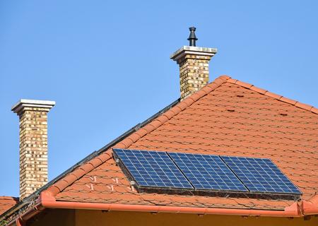 Zonnepanelen en rookstapels op het dak