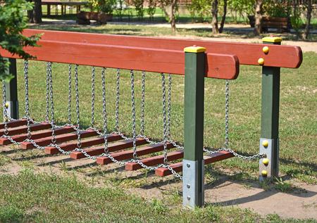 Klettergerüst Metall : Spielplatz im freien landschaft mit klettergerüst rasen und bäumen