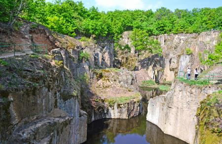 Rocks of the mountain Megyer, Hungary Standard-Bild - 100992735
