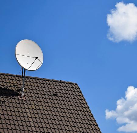 Parabole satellite au sommet d'un toit