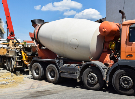 Cement mixer truck at the construction site Standard-Bild