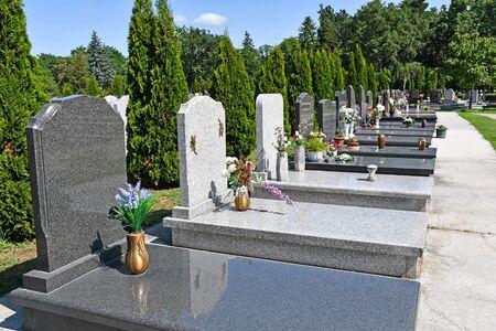 Grafstenen op de openbare begraafplaats
