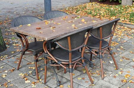 Outdoor tables of the restaurant in autumn time Foto de archivo - 131363613