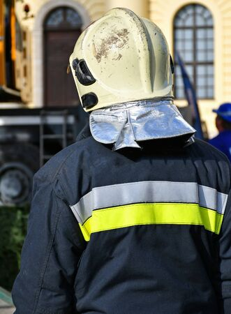 Firefighter stands on the city street Stockfoto