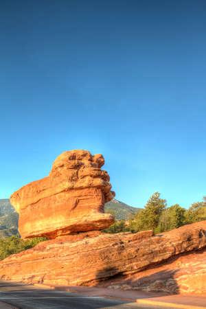 seemingly: Balanced boulder seemingly defies gravity Stock Photo