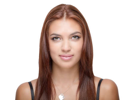 hazel eyes: Mujer con el pelo casta�o ojos color avellana mira hacia adelante sonriendo