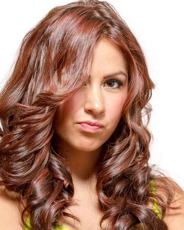 긴 물결 모양 붉은 색조의 머리카락과 라임 그린 드레스의 갈색 눈을 가진 멋진 라티 나 스톡 콘텐츠