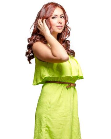 ojos cafes: Preciosa latina con el pelo largo te�ido de color rojo ondulado y ojos marrones en verde lima vestido Foto de archivo